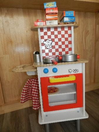 Des jouets d'imitation, cuisine, épicerie, caisse enregistreuse, établis, caisse à outils, cubes de construction...