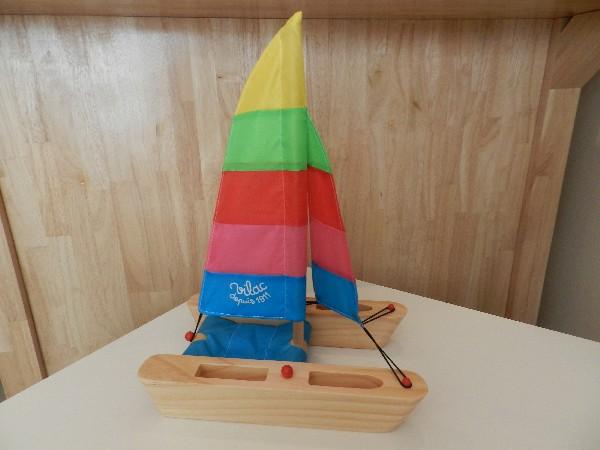 Des jouets de plein air, cerfs-volant, corde à sauter, bateau, arbalète, pétanque...