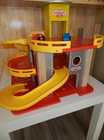 Des jouets pour le trafic, garage, chargeuse, voiture à friction et élastique, train..